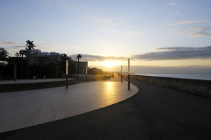 舞浜海岸遊歩道の日の出の写真素材 [FYI04826413]