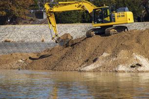 河川工事を行う油圧ショベルの写真素材 [FYI04826935]