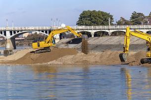 油圧ショベルを使用した河川工事の写真素材 [FYI04826937]