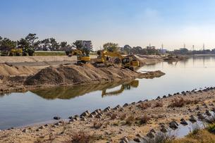 河川工事を行う油圧ショベルの写真素材 [FYI04826940]