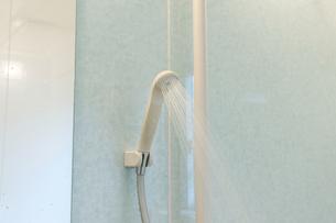 水を吹き出すシャワーヘッドの写真素材 [FYI04826980]