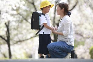 登校を嫌がる男の子を励ます母親の写真素材 [FYI04827622]
