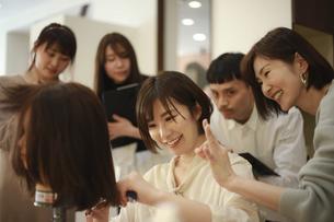 美容師の講習イメージの写真素材 [FYI04827623]