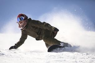 女性スノーボーダーの写真素材 [FYI04827626]