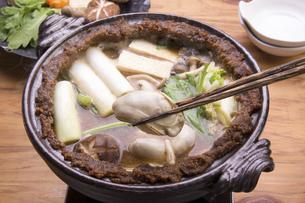 牡蠣の土手鍋の写真素材 [FYI04827789]