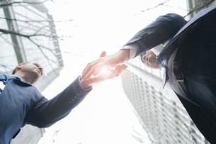 握手するビジネスパーソンの写真素材 [FYI04827918]