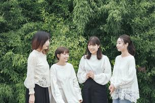 談笑する女性4人の写真素材 [FYI04827944]