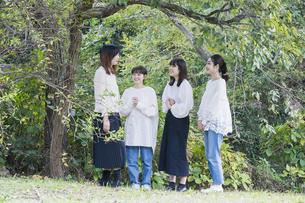 談笑する女性4人の写真素材 [FYI04827950]