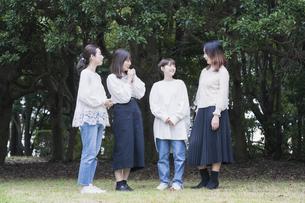 談笑する女性4人の写真素材 [FYI04827957]