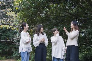 談笑する女性4人の写真素材 [FYI04827963]