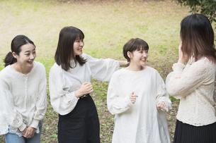 談笑する女性4人の写真素材 [FYI04827965]