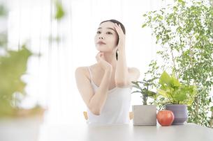 肌のセルフケアをする女性の写真素材 [FYI04828001]