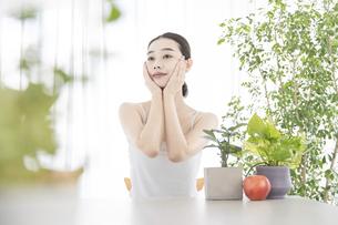 肌のセルフケアをする女性の写真素材 [FYI04828004]