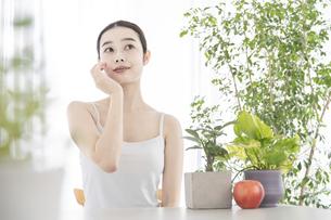 肌のセルフケアをする女性の写真素材 [FYI04828015]