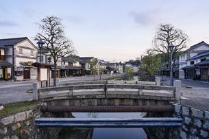 春の朝、静かな倉敷美観地区の街並み(前神橋から見渡し)の写真素材 [FYI04828071]