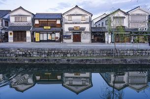 春の朝、静かな倉敷美観地区の街並み(運河の水鏡)の写真素材 [FYI04828072]