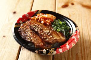 豚の角煮弁当の写真素材 [FYI04828078]