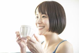 コップを持つ笑顔の女性の写真素材 [FYI04828159]