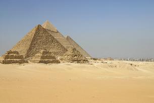 エジプト・ギザの三大ピラミッドとカイロの町並みの写真素材 [FYI04828330]