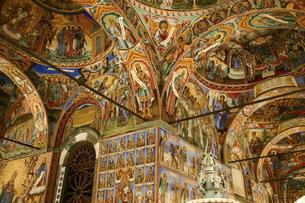 ブルガリアの世界遺産リラ修道院の美しいフレスコ画で覆われた外廊下の写真素材 [FYI04828332]