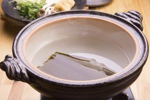 鍋の昆布だしの写真素材 [FYI04828541]