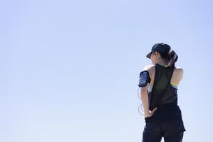 ランニングウェア姿の女性と青空の写真素材 [FYI04828587]