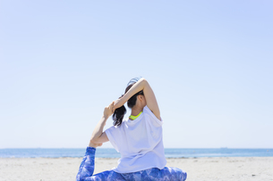 海辺でヨガをする女性の写真素材 [FYI04828592]
