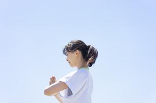 ヨガをする女性と青空の写真素材 [FYI04828593]