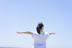 ヨガをする女性と青空の写真素材 [FYI04828594]