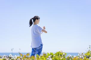海辺でヨガをする女性の写真素材 [FYI04828597]