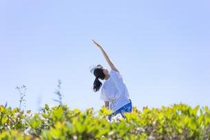 ヨガをする女性と青空の写真素材 [FYI04828598]