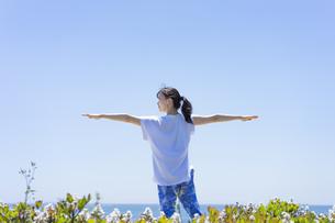 海辺でヨガをする女性の写真素材 [FYI04828599]