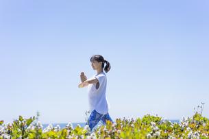 海辺でヨガをする女性の写真素材 [FYI04828600]