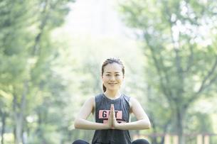 公園でヨガをする女性の写真素材 [FYI04828739]