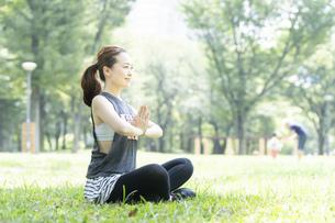 公園でヨガをする女性の写真素材 [FYI04828742]