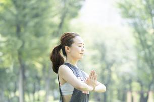 公園でヨガをする女性の写真素材 [FYI04828743]