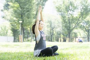 公園でヨガをする女性の写真素材 [FYI04828744]