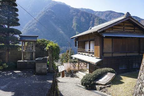 顕彰碑 七面山山麓の宿場町「赤沢宿」の街並みの写真素材 [FYI04828844]