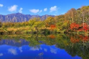秋山郷 紅葉の第二天池と鳥甲山の写真素材 [FYI04829317]
