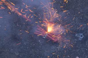 炸裂する爆竹の写真素材 [FYI04829330]