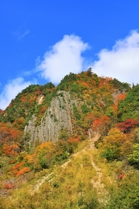 秋山郷 布岩の紅葉の写真素材 [FYI04829336]