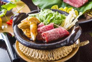 丹羽産松茸と和牛のすき焼きの写真素材 [FYI04829480]
