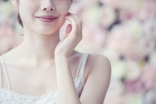 スキンケア・女性・フラワー背景・彩度弱めテイストの写真素材 [FYI04829666]