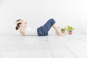 軽度の運動をする若い女性の写真素材 [FYI04829686]