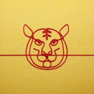 赤い紐でつくった寅(トラ)のイメージの写真素材 [FYI04830018]
