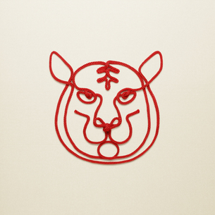 赤い紐でつくった寅(トラ)のイメージの写真素材 [FYI04830022]