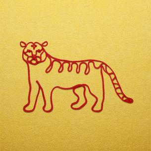 赤い紐でつくった寅(トラ)のイメージの写真素材 [FYI04830024]