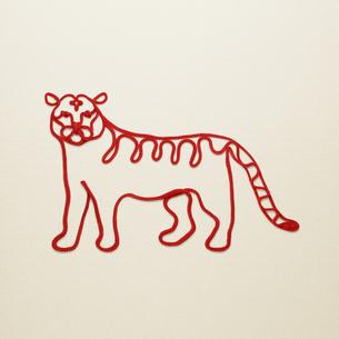 赤い紐でつくった寅(トラ)のイメージの写真素材 [FYI04830025]