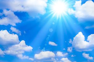 青空と太陽 の写真素材 [FYI04830037]