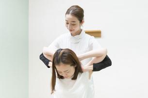 整体・マッサージ・肩の悩みの写真素材 [FYI04830086]